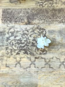 『コットンパールと花びら』ピアスのオフホワイトカラーの単独写真