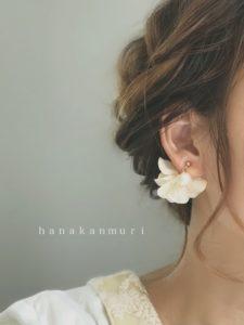 『コットンパールと花びら』ピアスのオフホワイトカラーの装着写真