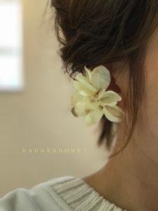 『花びらをあつめて』ピアスのアンティークホワイトカラーの装着写真