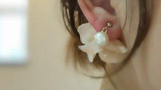 『コットンパールと花びら』ピアスのライトベージュカラーのアイキャッチ画像