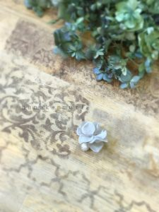 コットンパールと花びらピアスのライトグレーの画像3