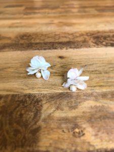 コットンパールと花びらピアスのアンティークベージュの写真