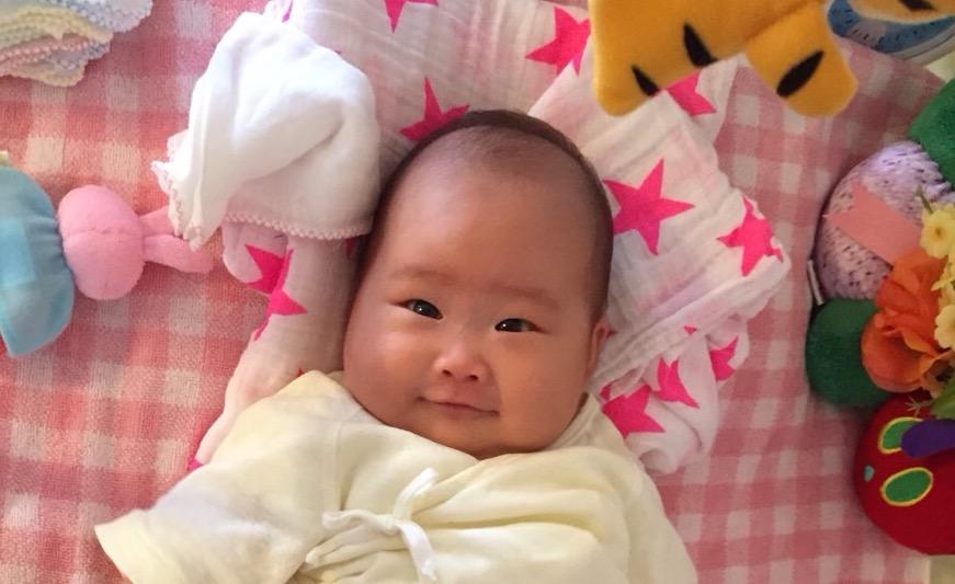 赤ちゃんのキョトンとした写真