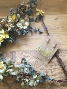 かすみ草とコットンパールのピアスのイエローカラーの画像