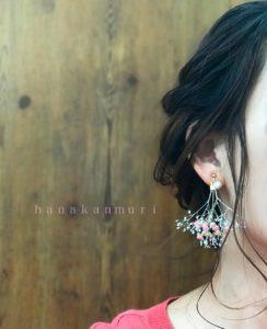 かすみ草とコットンパールのピアスのピンクカラーの装着画像
