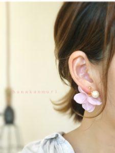 『コットンパールと花びら』ピアスのモーブピンクカラーの装着写真