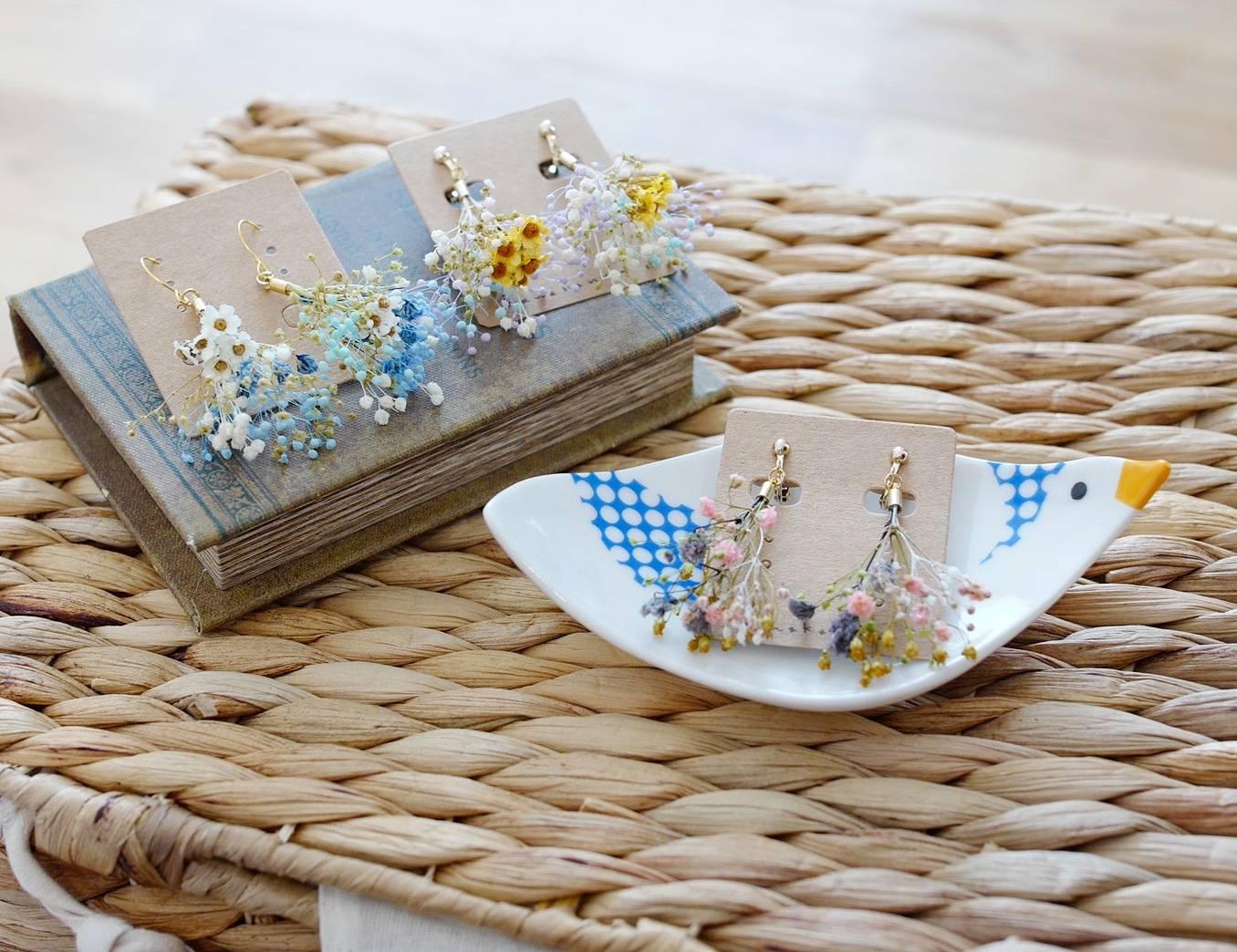 複数のflowershowerイヤリングの画像
