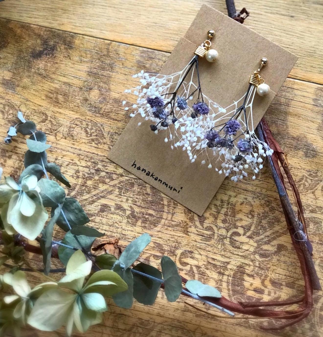かすみ草とコットンパールのイヤリングのパープルの画像