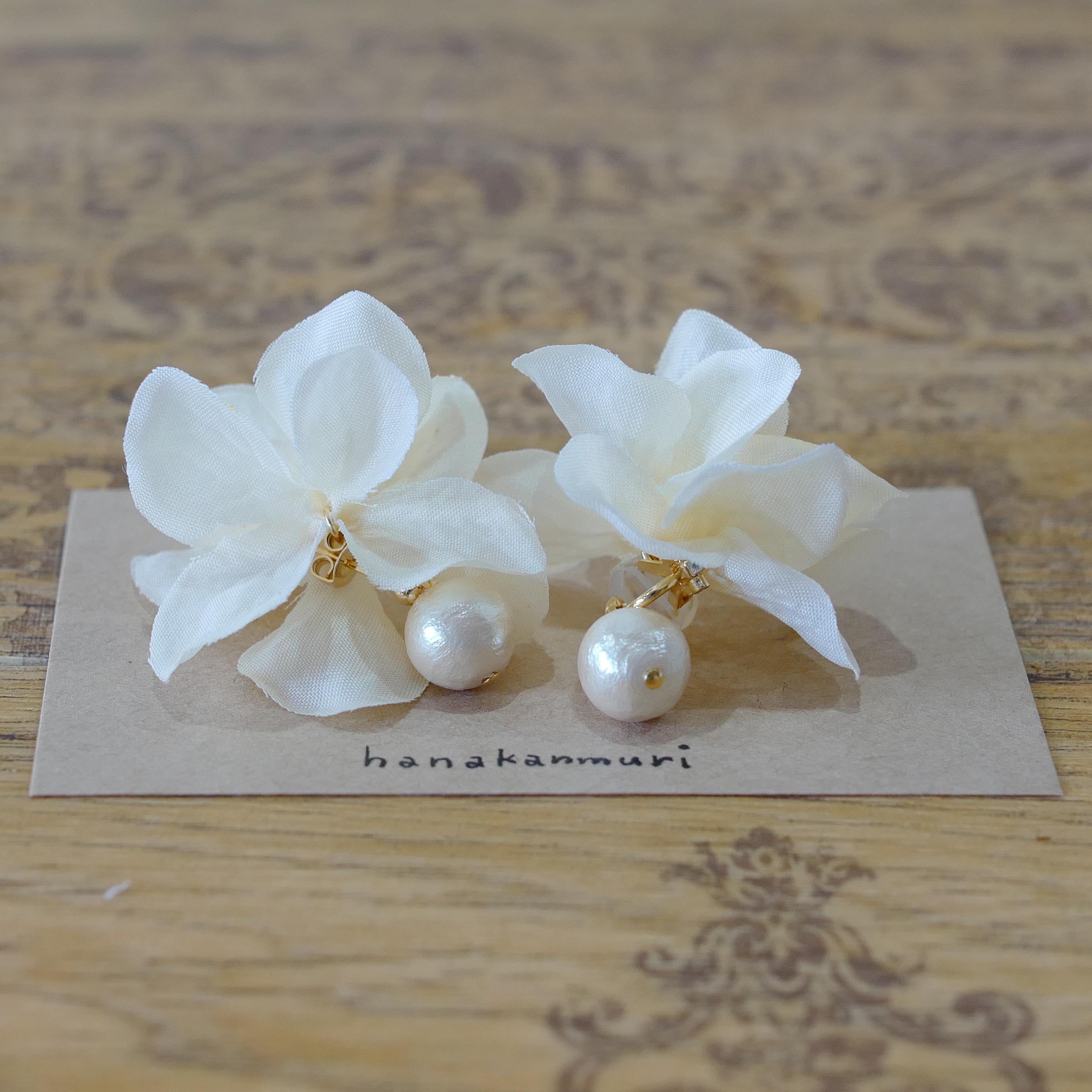 コットンパールと花びらイヤリングのオフホワイトの画像2
