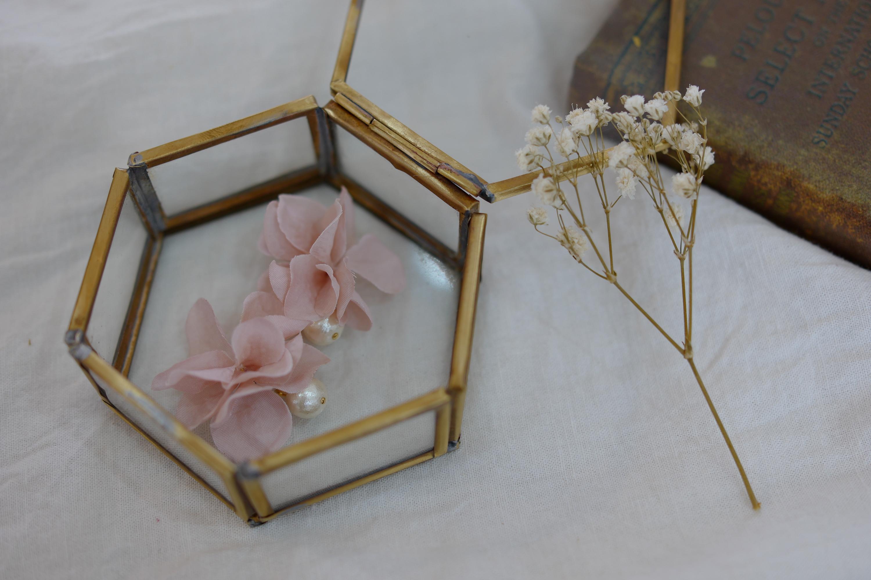 コットンパールと花びらイヤリングのピンクベージュの画像5