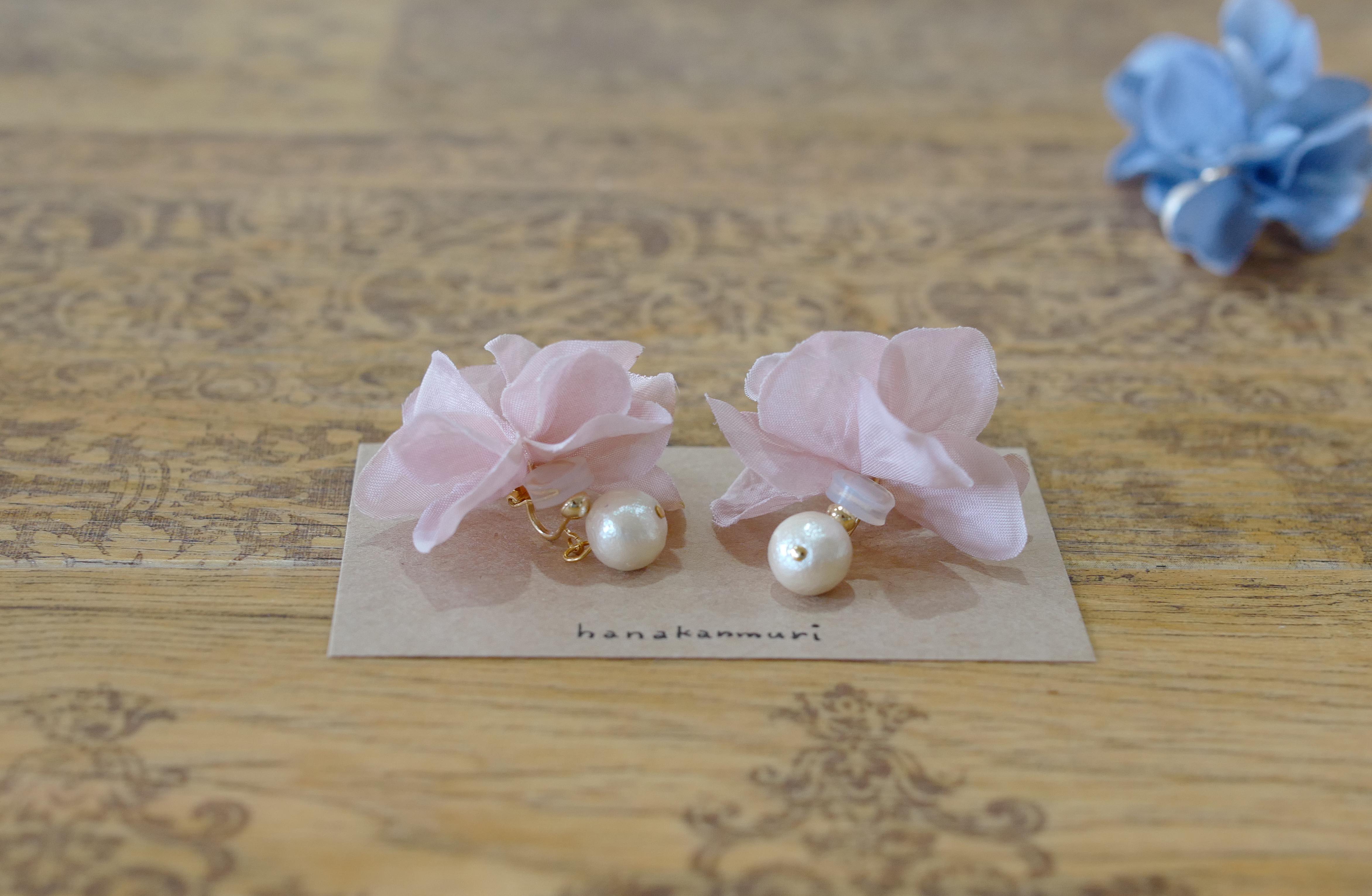 コットンパール花びらピアスのピンクベージュ色、ライカのトリミング