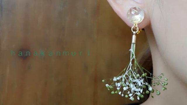 フラワードームのカーキグリーンイヤリング装着の上カット画像