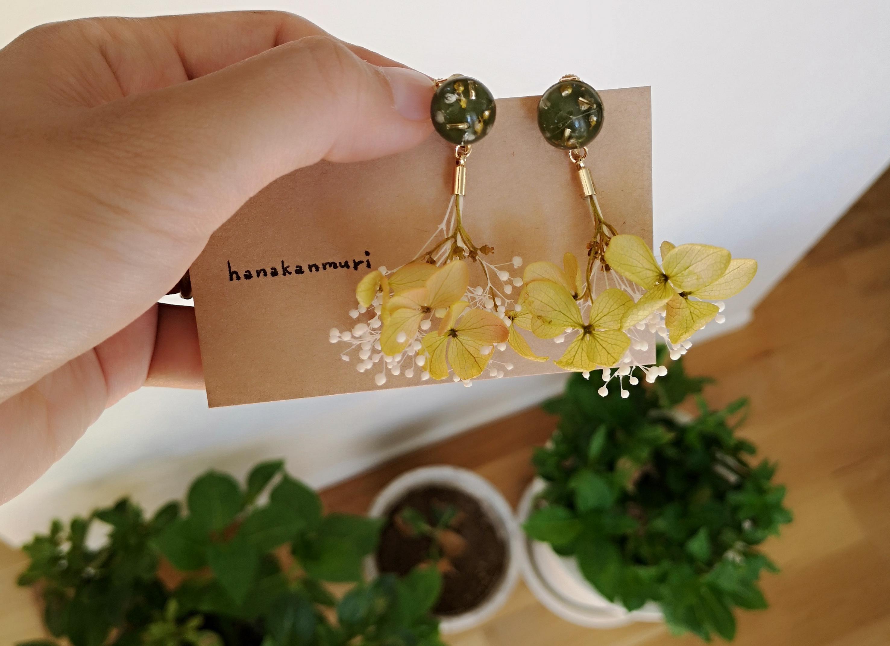 紫陽花とかすみ草のイエローカーキイヤリング2、ハーウェイ上下カット画像
