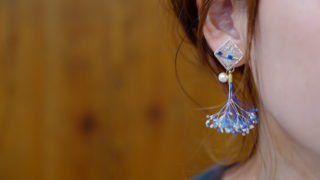 吐息イヤリングのアイスブルーカラー装着写真、ライカ撮りの正方形