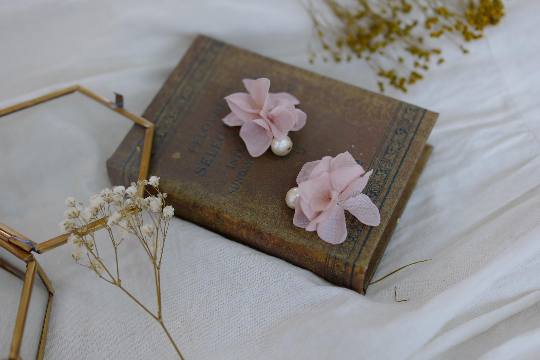 コットンパールと花びらピアスの「ピンクベージュ」の写真